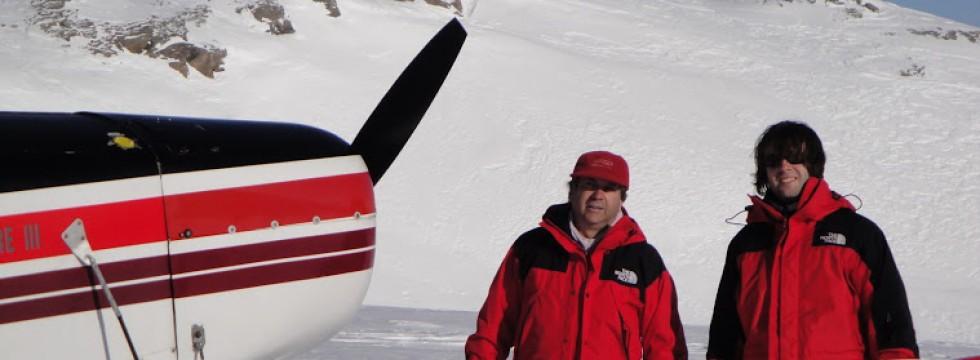 Avion aterrizado junto a montes nevados
