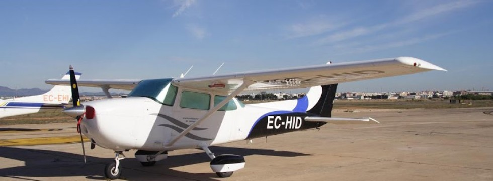 Avioneta EC-HID en tierra